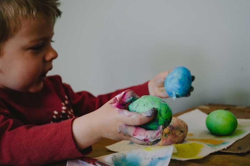 Dreng der leger med ler